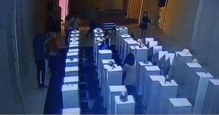 快來圍觀這部價值六百萬台幣的自拍影片!看完你就知道逛展覽玩自拍有多危險