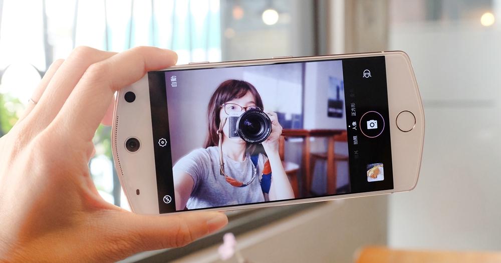 美圖 M8 手機開箱!會讓人愛上自拍、不用後製的超強美顏手機