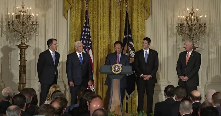 郭台銘出席白宮記者會宣布富士康將在威斯康辛州設廠,川普表示:郭台銘是朋友、世界上最棒的商人