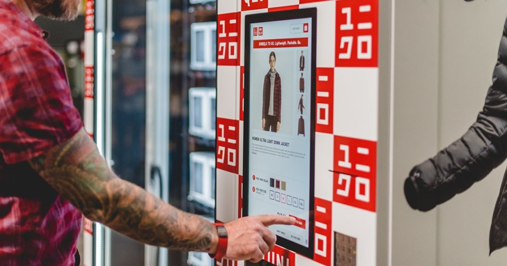 因為特地去實體店買衣服的人變少了,Uniqlo 開始測試用自動販賣機賣衣服