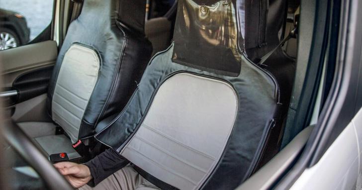 這是福特的一台無人駕駛車,但當你走近車窗會發現座椅下面伸出兩隻手