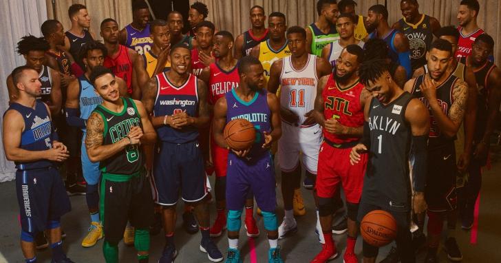 NIKE在下一季的NBA球衣中內建了NFC晶片,讓你手機一貼近球衣就能看到球員表現