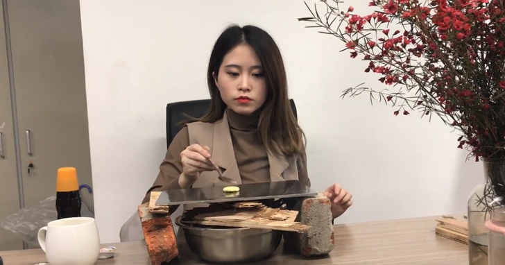 在中國用飲水機煮火鍋的「辦公室小野」,不但已翻牆成立fb粉絲團、還有320萬名粉絲了!