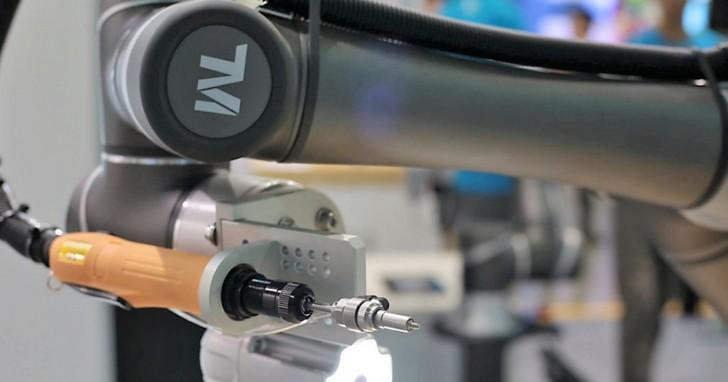 台灣先鋒!達明機器人前進日本參展,內建視覺辨識可挑SIM卡