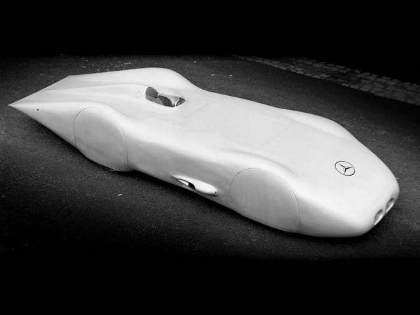 80年前這台1938年賓士W125銀箭賽車就跑出了「432.7km/h」極速紀錄,一直到兩個月前紀錄才被超越