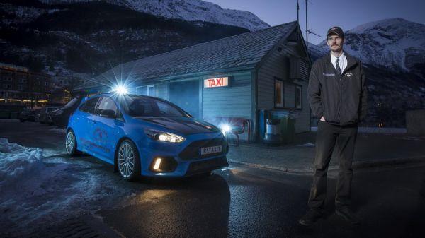 「熱血鋼砲」計程車!Ford Focus RS 化身藍色閃電隨招隨停