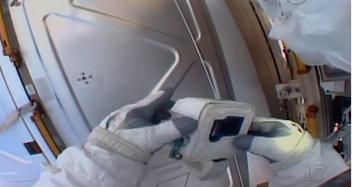來自星星的悲劇:NASA 太空人在太空拿出GoPro準備錄影,卻發現「SD記憶卡忘在家裡」