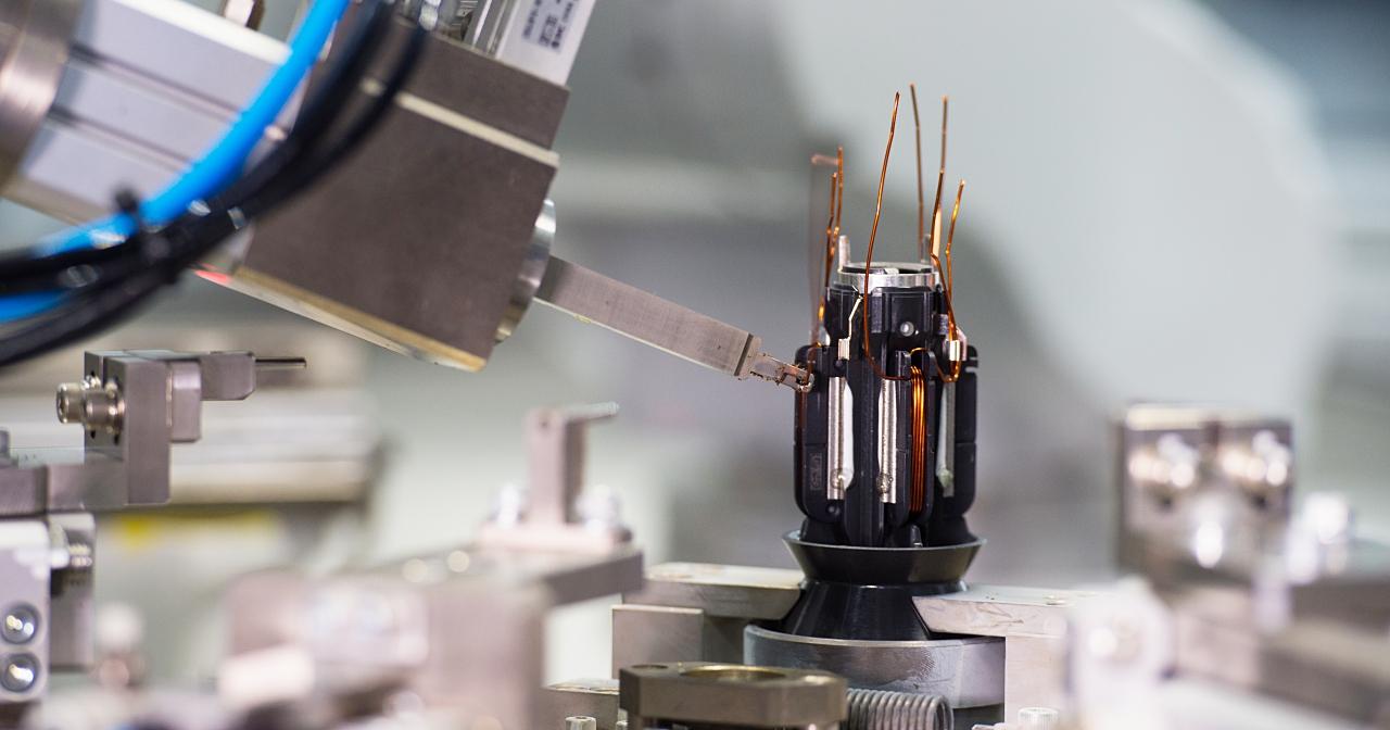 300個機器人、2.5秒誕生一顆馬達,解密 Dyson V10 神級吸塵器的核心