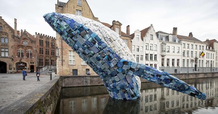 用五噸海洋塑膠廢棄物完成成的鯨魚雕塑,提醒人們關心海洋垃圾問題