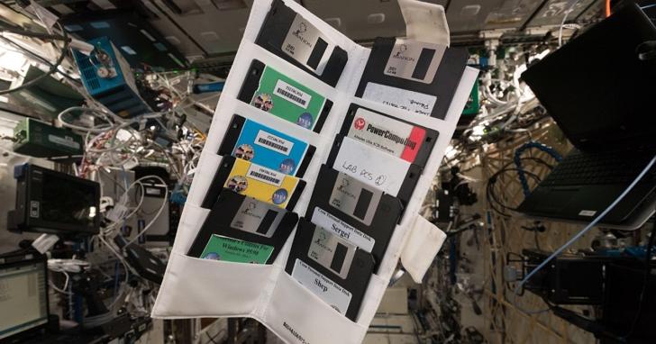 歐洲太空人在ISS國際太空站打開一個很久沒人開過儲物櫃,意外找到先前太空人留下來的「古董」