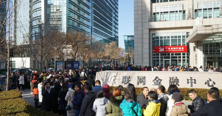 為了退回約台幣442元的押金,300多人在晚上八點冒著北京2度的寒風還在ofo總部前持續排隊