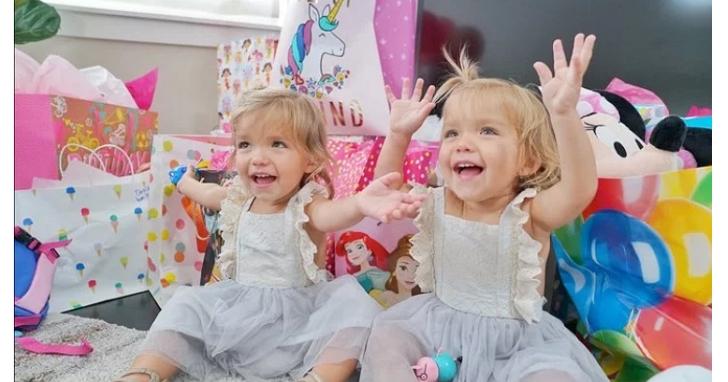 起跑點就贏你!一張照片賣到上萬美元,這對雙胞胎才兩歲賺的錢就比你多