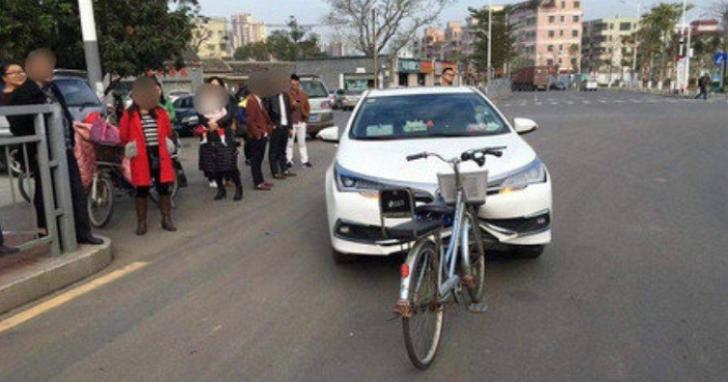 單車的逆襲!中國老單車逆向把汽車保險桿撞凹、單車毫髮無傷
