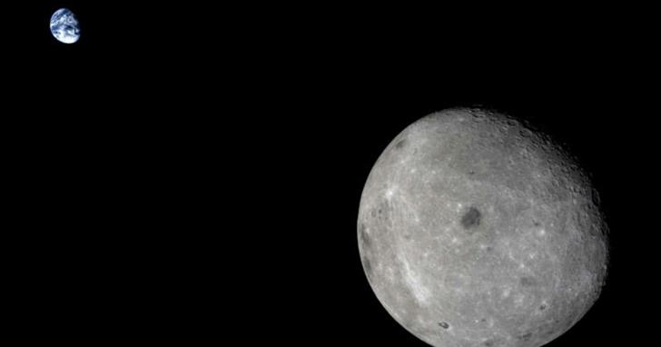 中國「嫦娥四號」成功著陸月球背面,他們的通訊訊號是怎麼從月球背面傳到地球的?