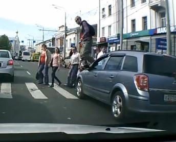 俄羅斯墨鏡哥踩著惡霸車過馬路,高個子就是不怕被打!【影片】