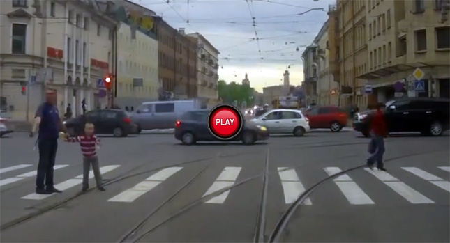 俄羅斯瘋狂影片 : 年度最佳老爹,不讓他兒子過馬路就開槍!