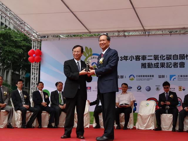 和泰汽車為台灣汽車業界推動CO2自願性減量成果最優企業之一