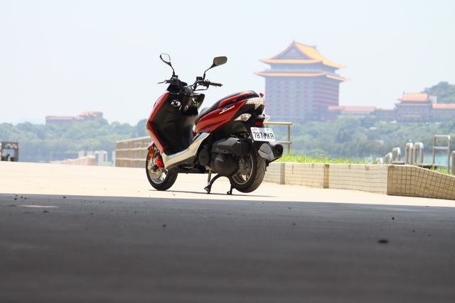 2013 YAMAHA SMAX水冷跑旅試騎!該入手 9萬多塊的摩托車、還是拿去改車?