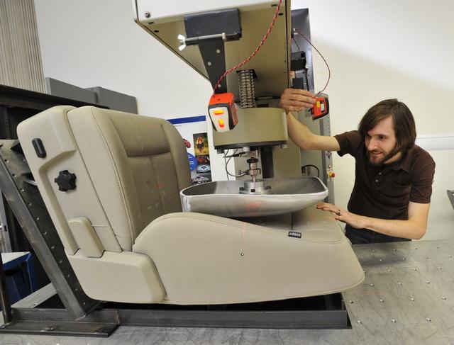 這有多神?2013 Ford Kuga座椅的移動式劇院概念、讓你坐上去就想訂車了
