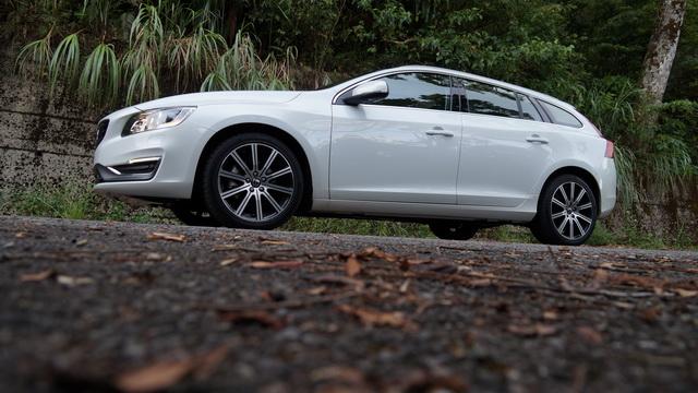 2013 Volvo V60 D4旗艦版小改款試駕!同級最多安全配備上身、就是要你一路平平安安!