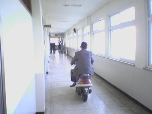 老師上課快遲到了,快點油門催緊繃!