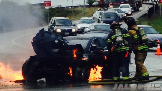Tesla Model S發生首例起火事故!目前看上去是人為因素,而且車輛防火效果理想!