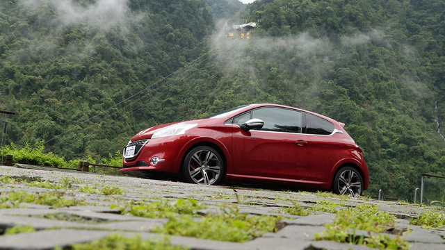 2013 Peugeot 208 GTi 試駕!渦輪、直噴、手排,有 200匹動力也有帥氣外型!