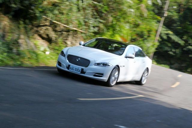 2013年式 Jaguar XJL 2.0渦輪直四車型實測:動力絲毫不遜色、剎車性能更優異!