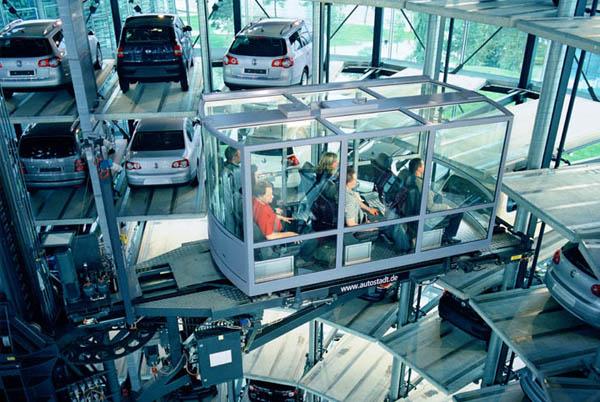 【熱門話題】超像大型汽車展示櫃的 Volkswagen玻璃汽車塔!晚上看起來更是讓人驚艷!