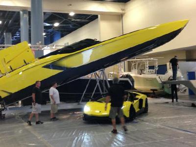 藍寶堅尼 Lamborghini車主訂做了一艘與愛車大牛相同設計的賽船!