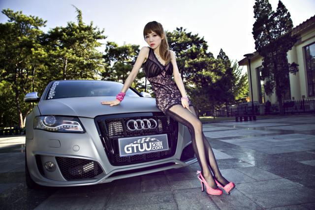 消光鎗色奧迪(Audi)搭配桃紅高跟鞋形成強烈對比!