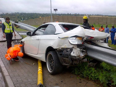 【熱門話題】BMW應該找這位車主代言了,撞成這樣都沒事!