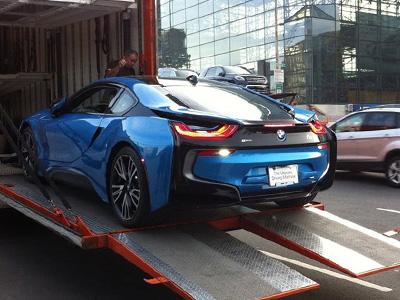 【熱門話題】BMW i8混合電動跑車下貨櫃,據說台灣也有一輛到港了!