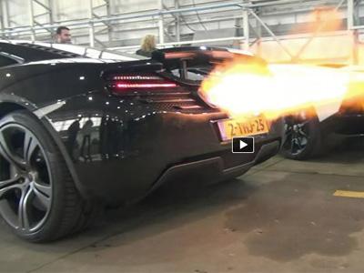 【熱門話題】McLaren 12C跟 Aventador Roadster比賽噴火!