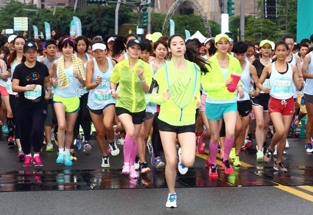 2014 NIKE 女生運動節,價值近 3 千萬賓士車隊陪跑,聲援女性因奔馳而美麗