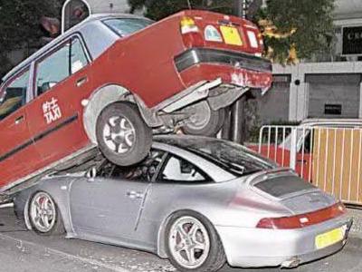 【熱門話題】保時捷911跑車頂起計程車,是要換輪胎嗎?