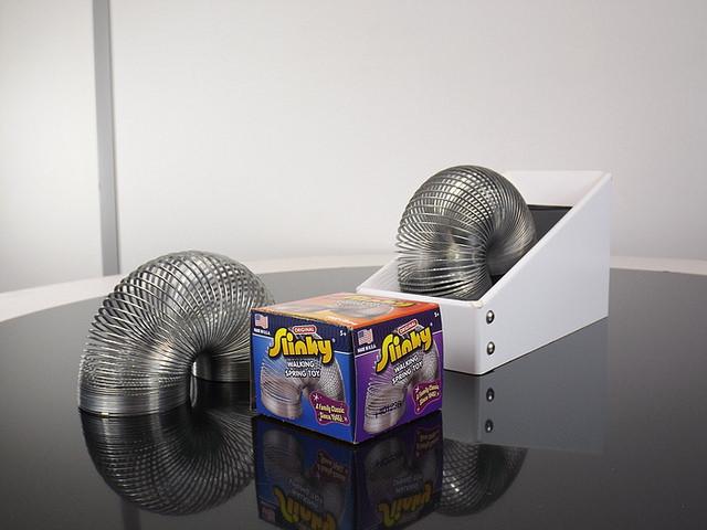 會自己下樓梯的永動機彈簧:Never Ending Slinky Machine