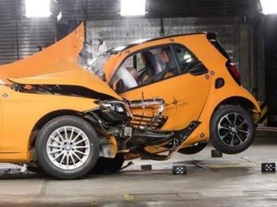 Smart ForTwo與 Mercedes-Benz S-Class對撞影片,想保命還是選德國小車吧!