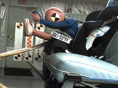 嬰兒座椅應該放在車上哪個位置最安全?可降低43%的受傷機率!