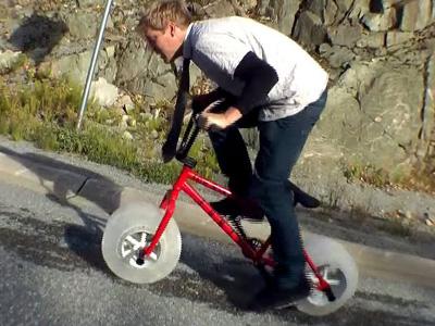 世界第一輛搭載「冰塊輪」的腳踏車!還能敲點冰下來解渴!