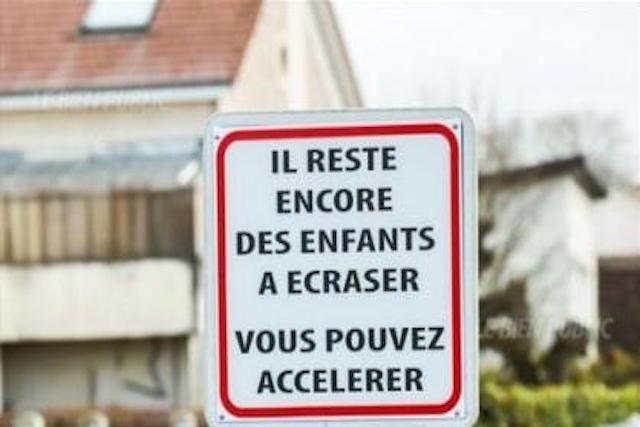 瘋了!法國路牌提醒駕駛:還有小朋友可以給你撞,衝吧...