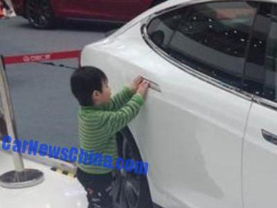 Tesla Model S在展場被五歲小童發動後衝撞嬰兒車!