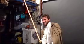 不是發光的燈管,他做出了一把3000華氏度的削鐵如泥的「光劍」