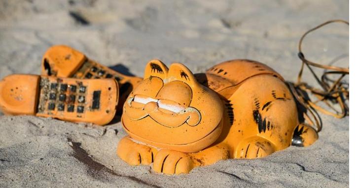 法國海灘30年來不斷漂來神秘的加菲貓電話機,現在終於找到源頭