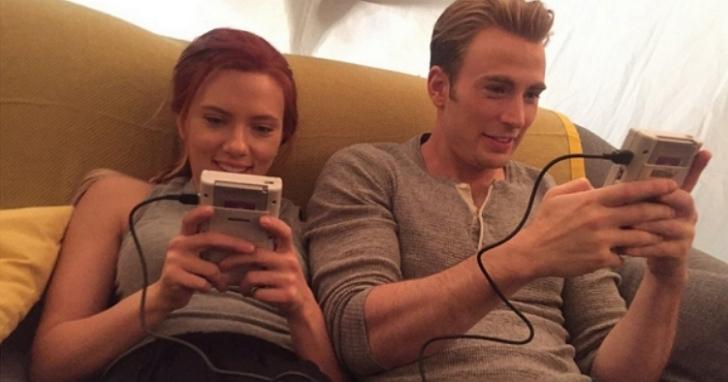 復仇者拍片之餘都在幹嘛?浩克:美國隊長與黑寡婦愛玩Gameboy