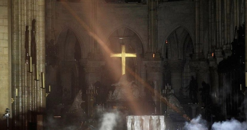 聖母院十字架未燒毀信徒表示「是神蹟」,國外網友用科學來說明真相
