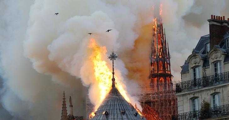 在搶救巴黎聖母院的關鍵4小時,巴黎消防隊動用了機器人、無人機等科技來協助控制火情以及決策