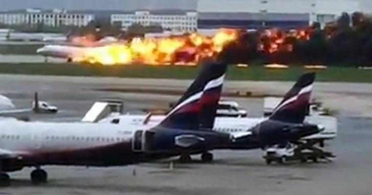 俄航蘇愷超級噴射機100客機重降落起火多人遇難,卻在現場影片發現有乘客逃生時拿著行李