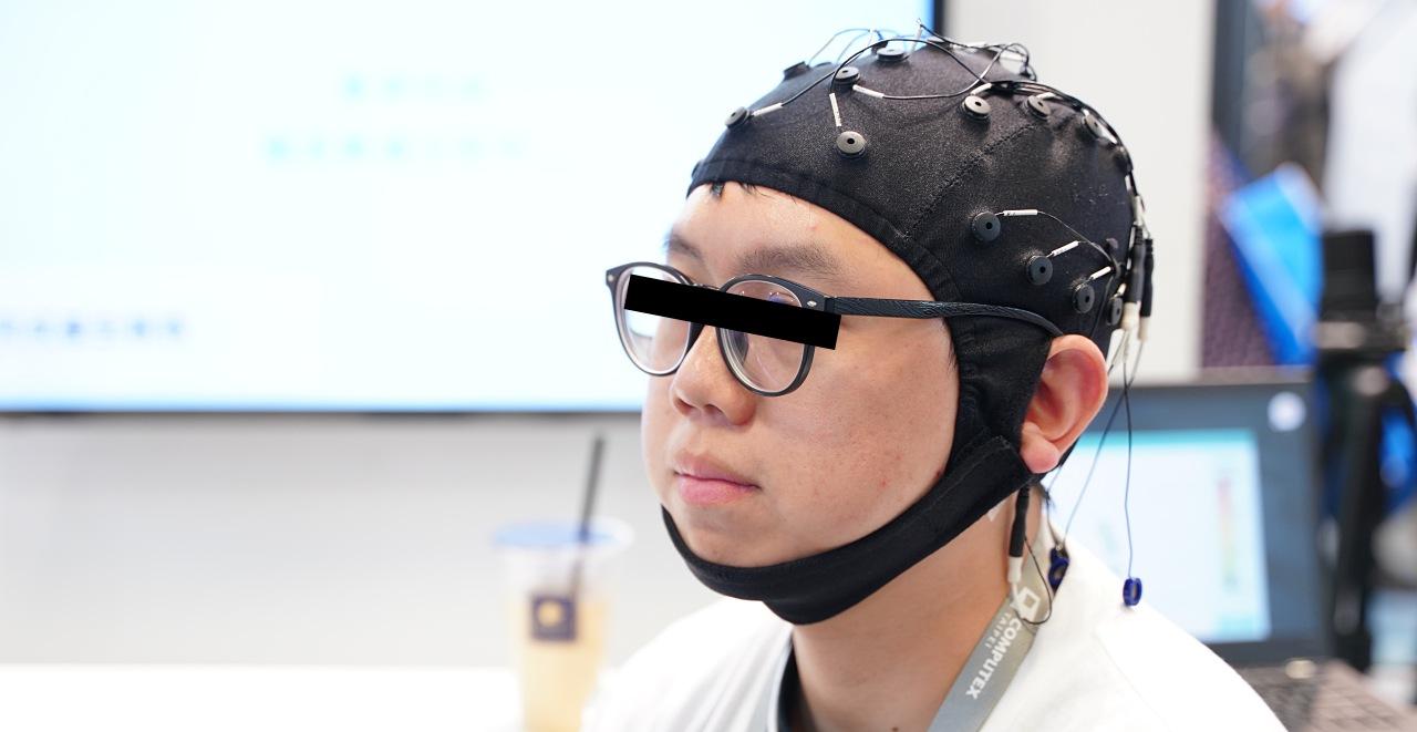 Computex 2019:在Computex展區中這個像是 X 教授頭盔的東西,它可以幫助醫師診斷你有沒有憂鬱症
