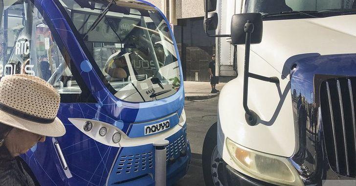 自動駕駛穿梭巴士在 LA 出事故,原因竟然是手動駕駛控制器被鎖